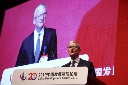 애플 매출 하락에 중국까지 날아간 간 팀 쿡 CEO
